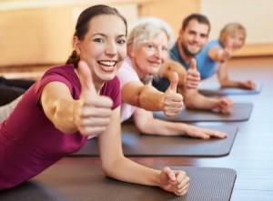 Mensen met rugpijn doen samen oefeningen.
